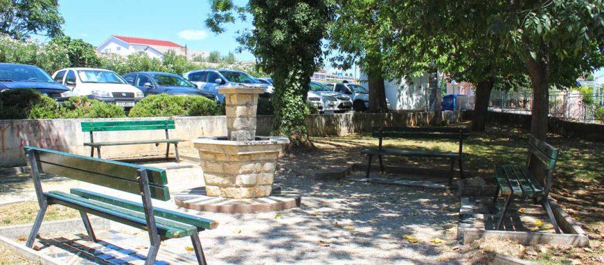 klupe i fontana u parku
