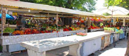 prodavači na tržnici